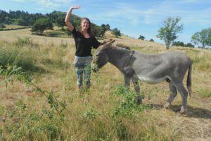 Photo de Julia Gampeuse au pré des chevaux avec BOUBOU.